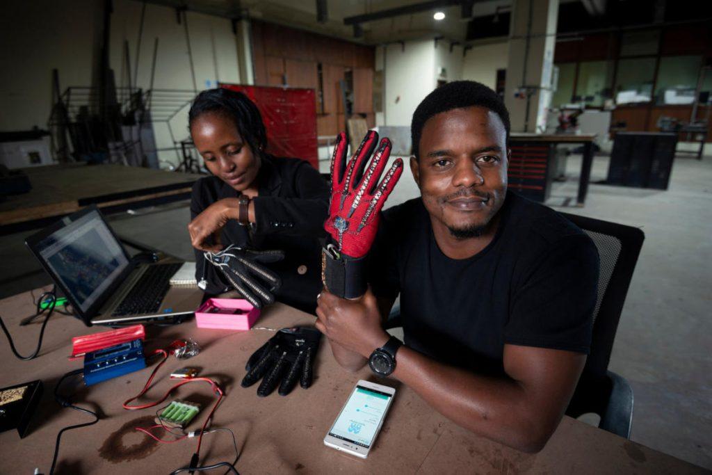 Roy Allela porte sign-IO, gant connecté pour traduire la langue des signes